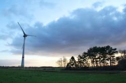 Start in der Nähe der Windkraftanlage