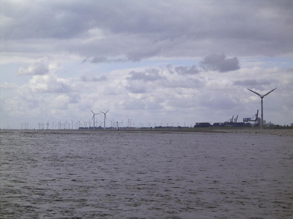...mit Blick übers Watt auf Emden.