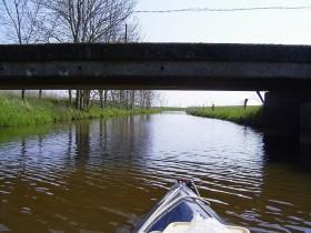 ...unter der Brücke durch...