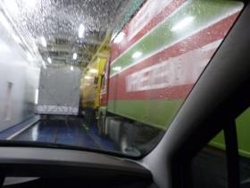 Mit Kajak auf dem Dach: LKW-Spur nehmen